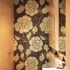 Велике панно-мозаїка з квітами на всю стіну в душовій