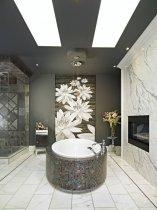 Велике панно з квітами у ванній в сірих тонах
