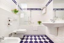 Дизайн білої плитки у ванній