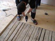 Фанера додатково вирівнює і зміцнює дерев'яні підлоги