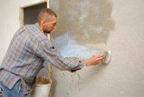 Фотографія підготовки стін до укладання плитки - на даному фото показаний процес грунтовки