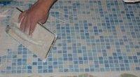 Процес укладання мозаїки у ванній