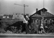 Будівництво горезвісних хрущовок починалося під девізом «Кожній радянській сім'ї - по квартирі».  Заслужили, мовляв, будівники комунізму, намикалісь.  І нехай воно буде економне при будівництві, крихітне, це житло, але своє.