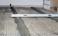 Традиційне підставу для керамічної плитки - цементну стяжку - можна зробити навіть на дерев'яній підлозі
